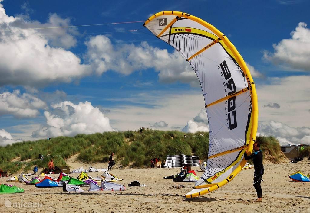 Op de stranden zijn vele sport- en watersportmogelijkheden.