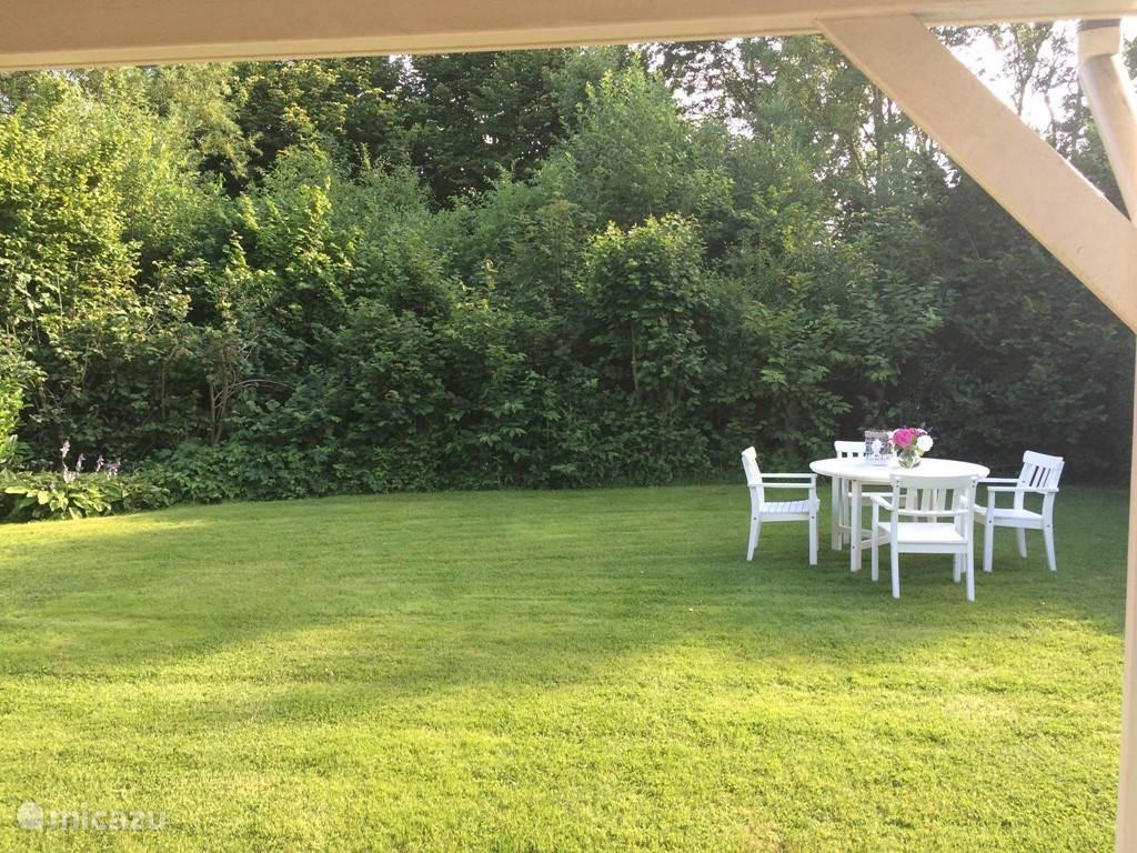 Sunnyvale heeft een ruime tuin op het Zuiden. De hele dag kunt u genieten van de zon.