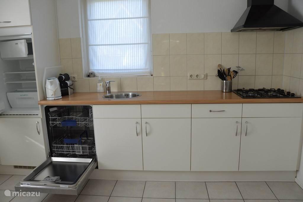 De keuken van Sunnyvale voorzien van een vaatwasser, magnetron, koelkast met vriesvak en een oven