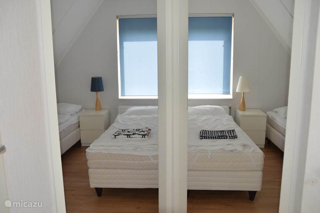 2 slaapkamers naast elkaar met elk 2 eenpersoonsbedden