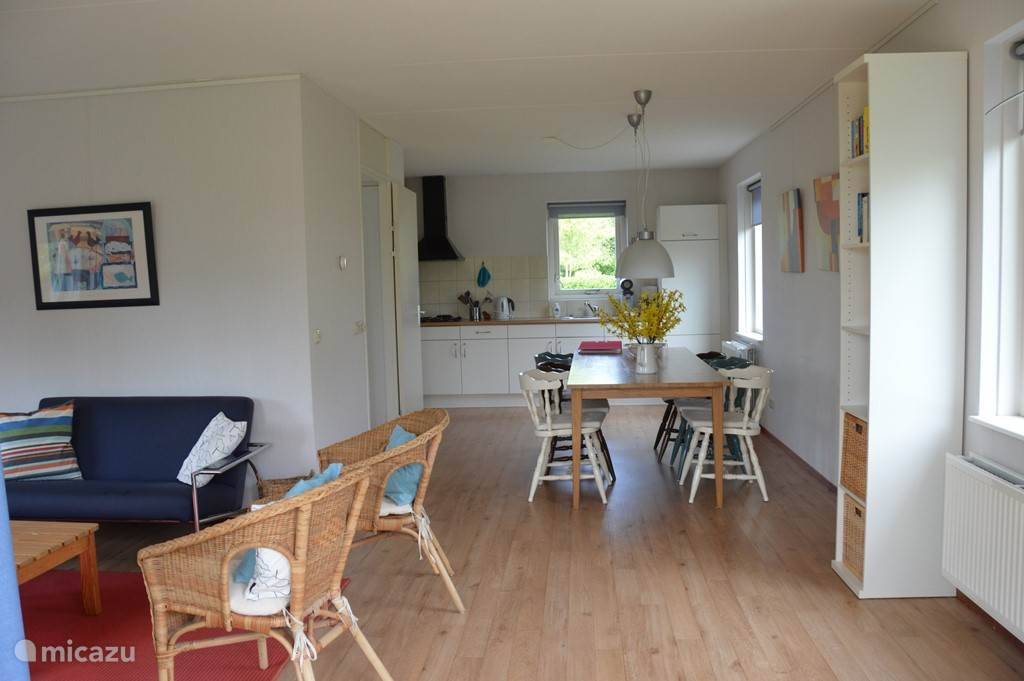 De keuken van De Bonte Piet is voorzien van een vaatwasser, magnetron, koelkast met vriesvak en een oven