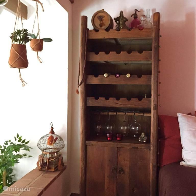 De wijnkast in de loungekamer.