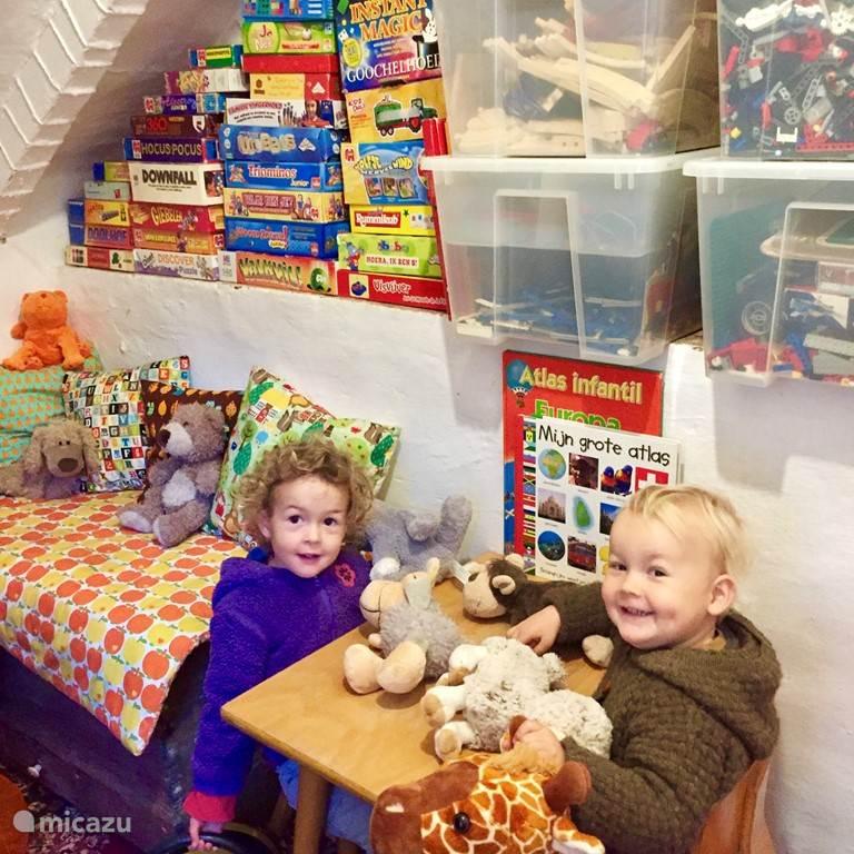 Er ligt heel veel speelgoed in het speelkamertje!