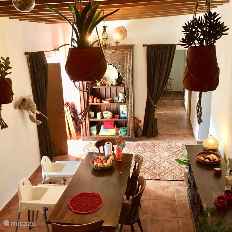 Uitzicht over de eetkamer vanuit de loungehoek