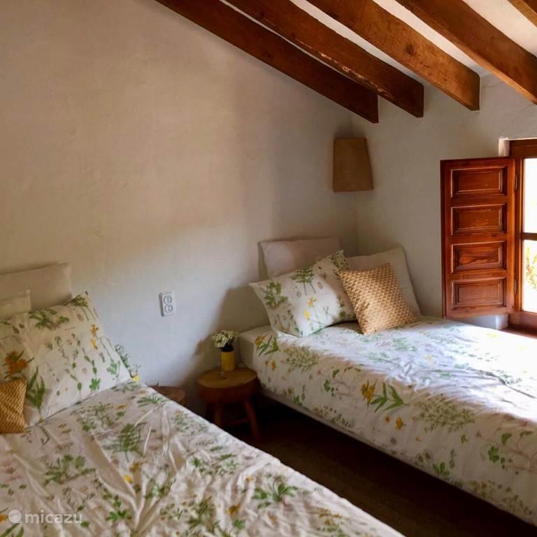 Deze Twin room met lange bedden kan ook een Double room worden