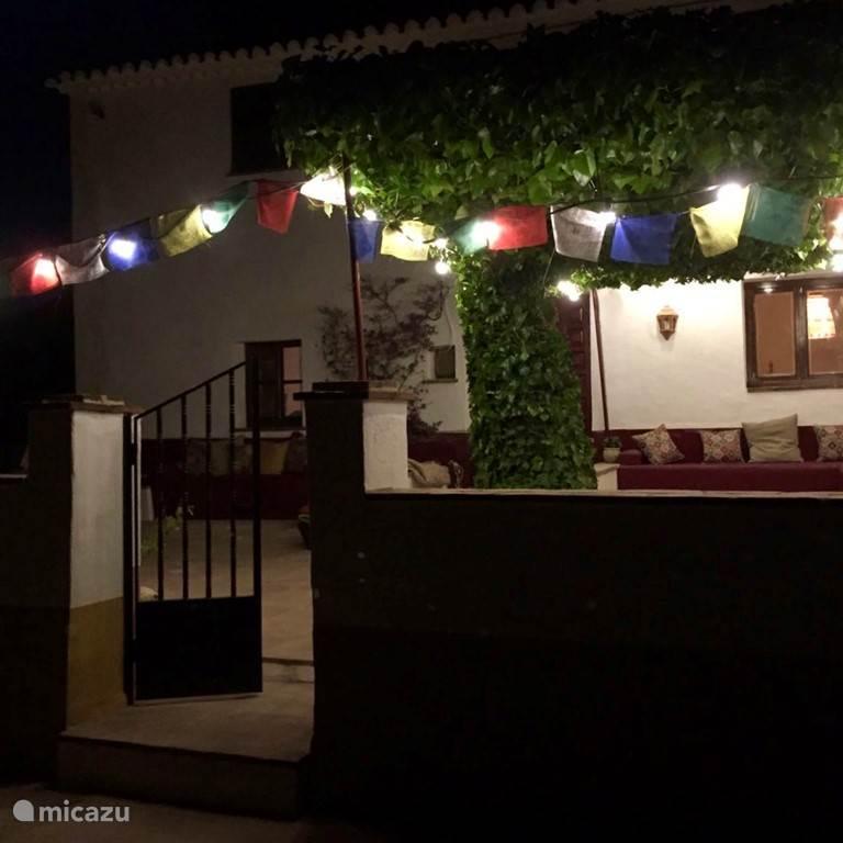 Het terras aan de voorkant by night!