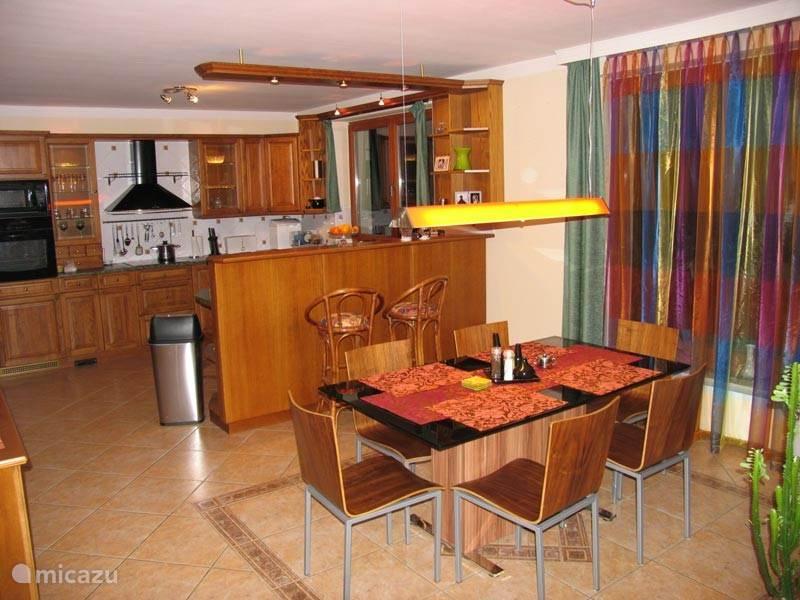 De eetkamer met open keuken