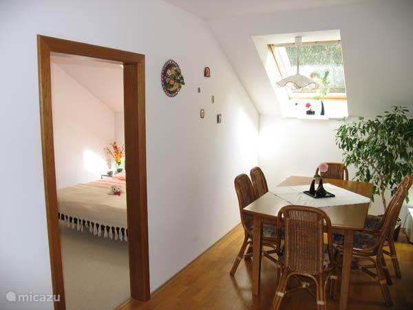 Extra woonkamer met slaapkamer en keuken op eerste verdieping