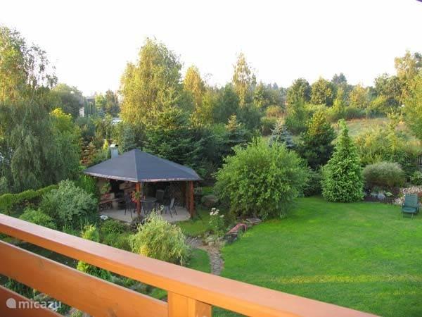 Tuin vanaf balkon van één van de slaapkamers