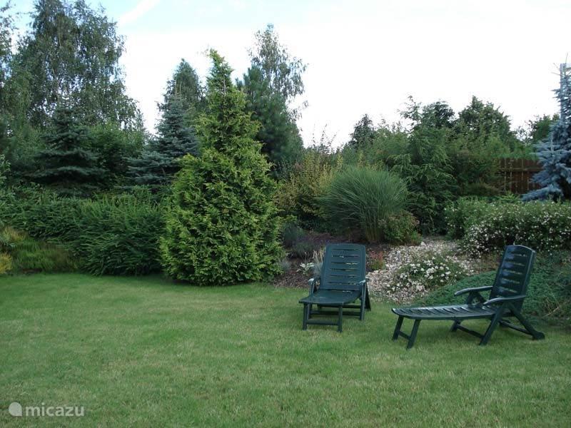 De tuin met ligstoelen