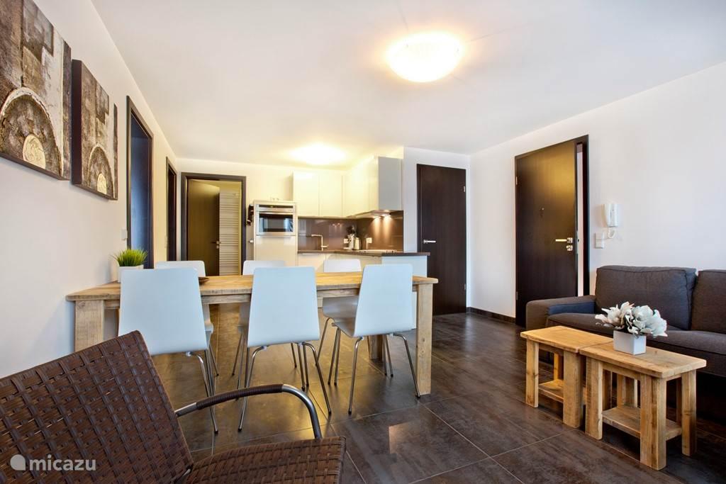 Appartement B woonkamer tafel met 6 stoelen.