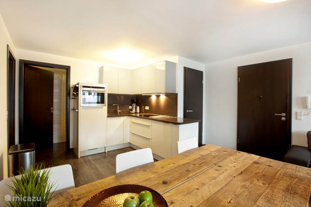 Appartement B keuken met vaarwasser en combi magnetron.