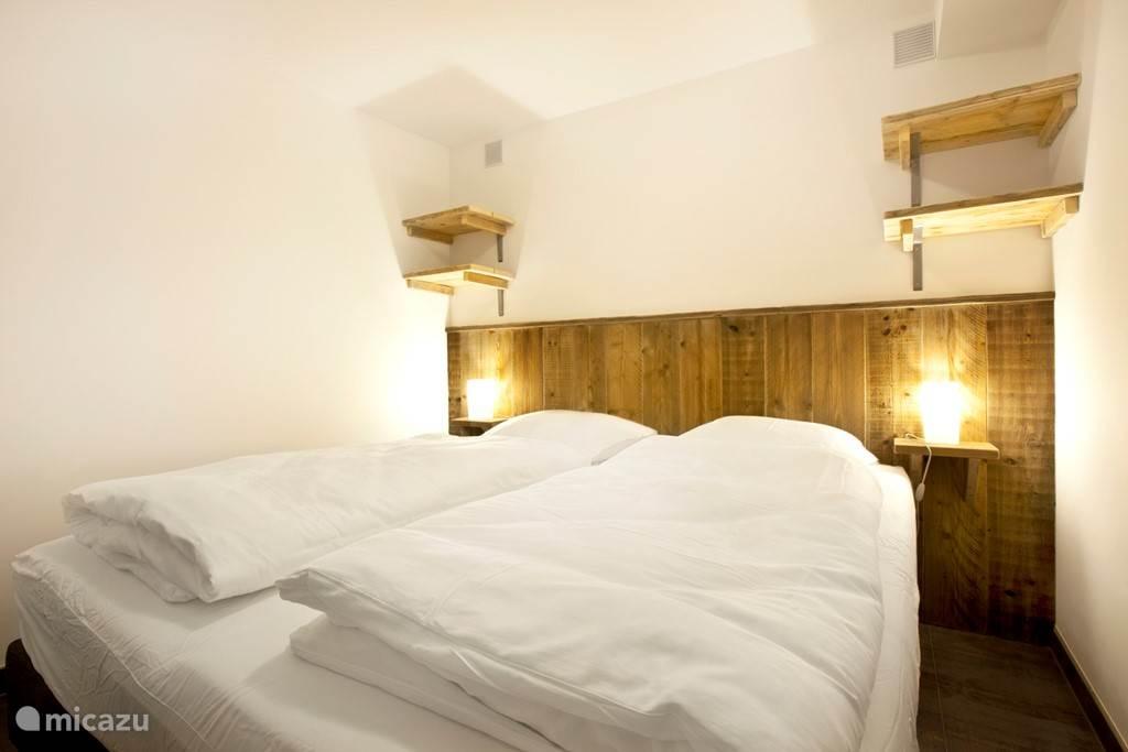 Appartement B met twee slaapkamer waarvan er een met een twee persoons bed.