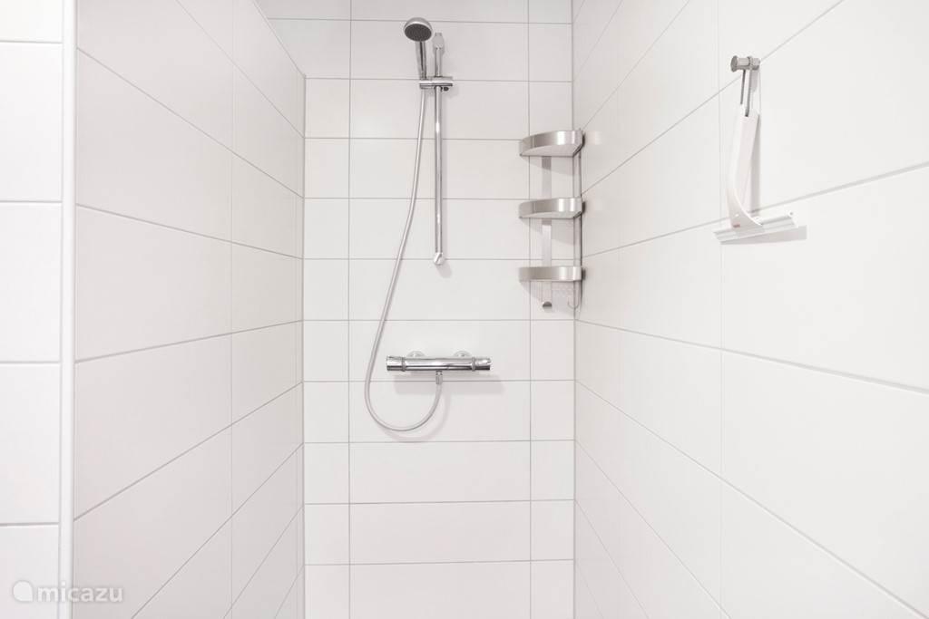 Appartement B badkamer met inloop douche en vloerverwarming.