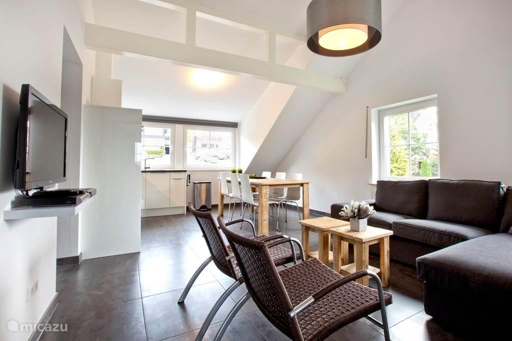 Appartement C woonkamer met mooie balken.