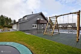 Buiten spelen en dan schommelen of op de trampoline, even verder is een speeltuintje waar je ook kan voetballen.