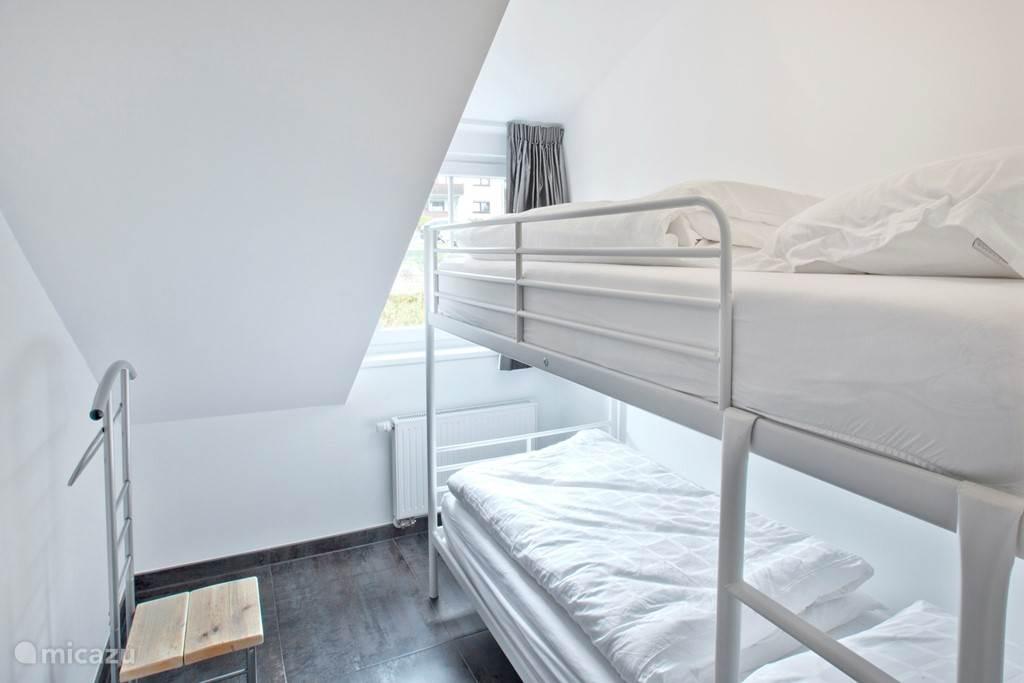Appartement C met twee slaapkamers waarvan een met stapelbed.