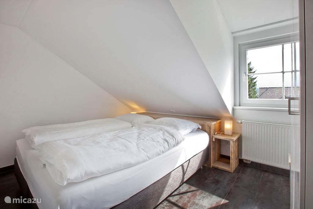 Appartement C met twee slaapkamers waar van een twee persoons bed.