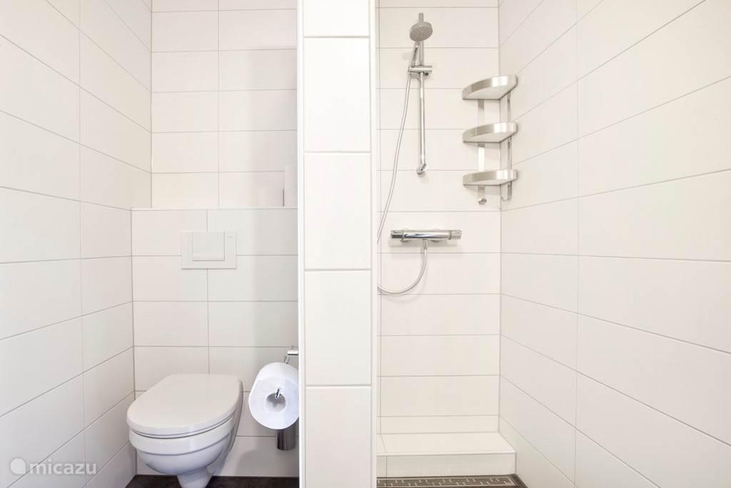 Appartement C badkamer met inloop douche en vloerverwarming.