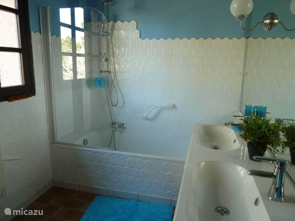 badkamer met bad en wastafel