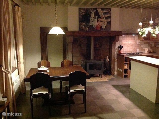 De woonkeuken met een ruime eettafel voor 6 personen en natuurlijk een houtkachel!