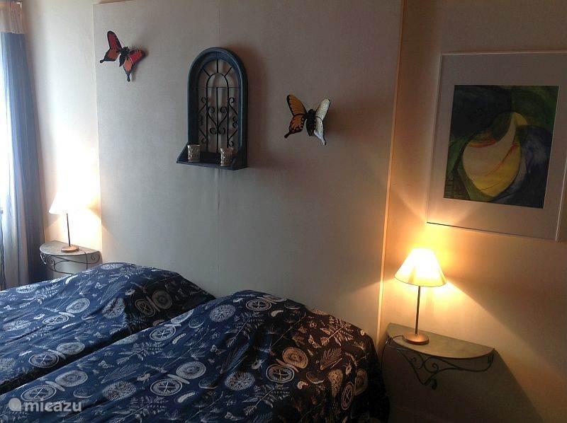 De tweede slaapkamer met afzonderlijke bedden van 90x200cm.