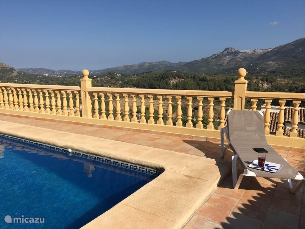 Uitzicht op Col de Rates vanaf het zwembad