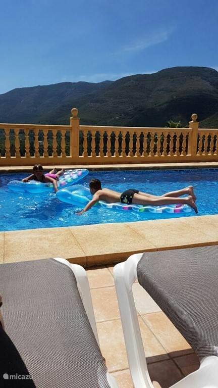 Zwembad met comfortabele ligbedden