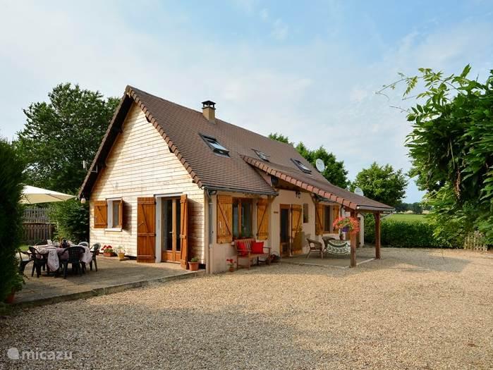 L'Atelier bij Les Lavandes Voorkant en overdekt terras
