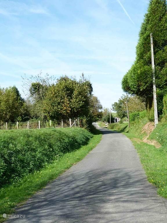 De weg naast de gîtes