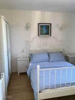 Slaapkamer 1 op begane grond met dubbel bed