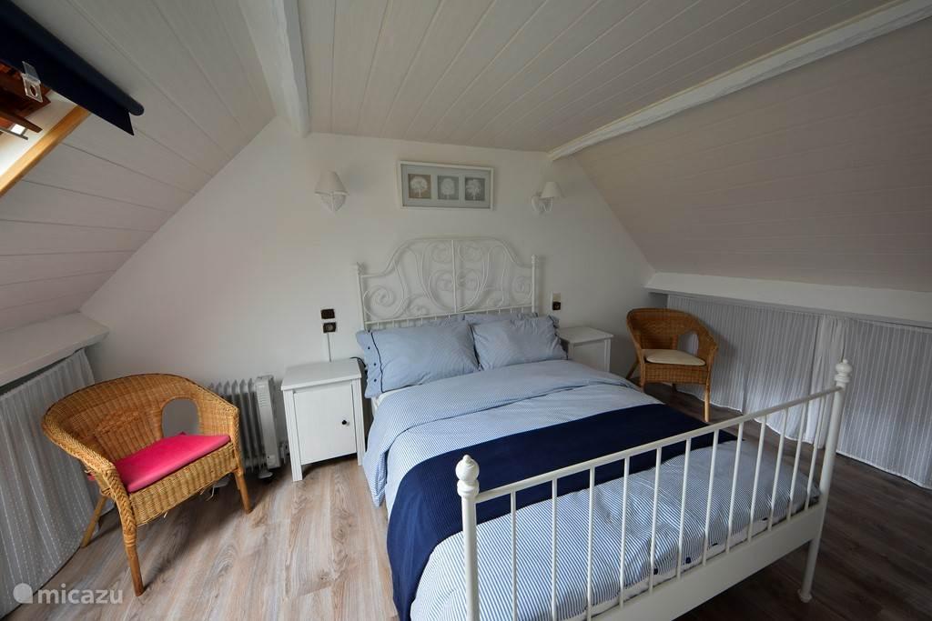 Slaapkamer 2 op verdieping met dubbel bed