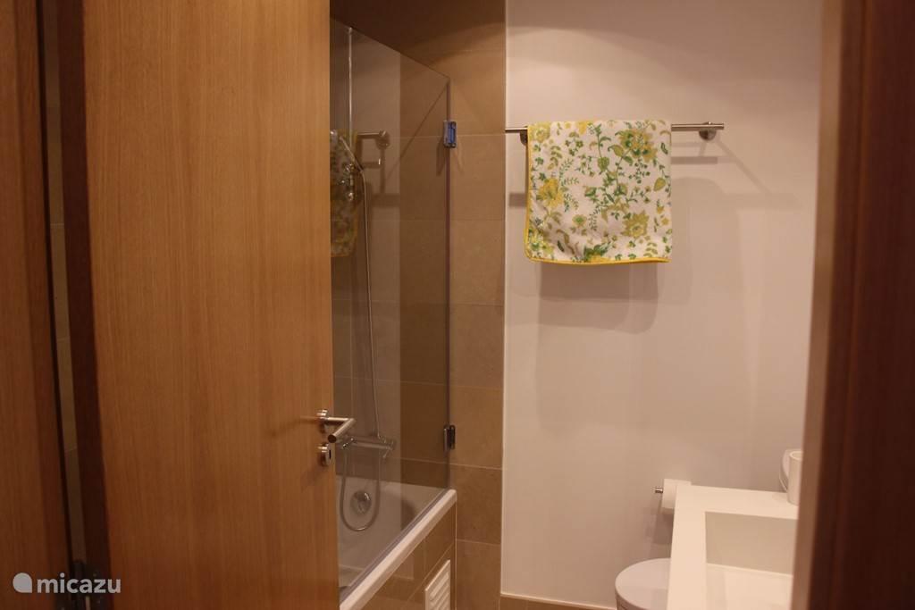 badkamer van slaapkamer 2