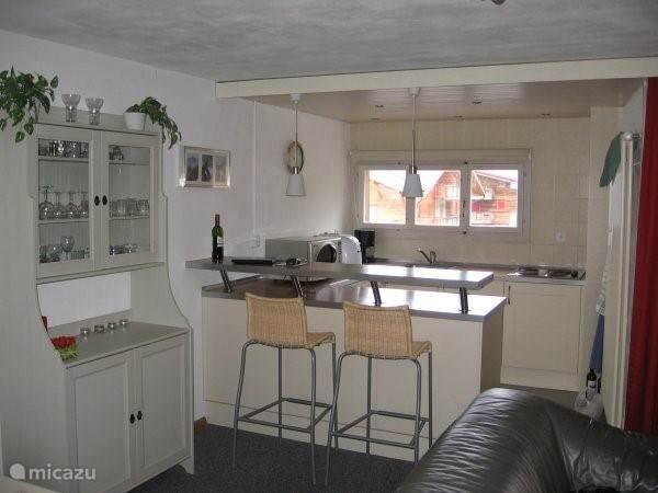 Open keuken met uitzicht op het dal en piste.
