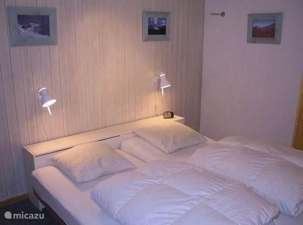 Slaapkamer met grote kastenwand.