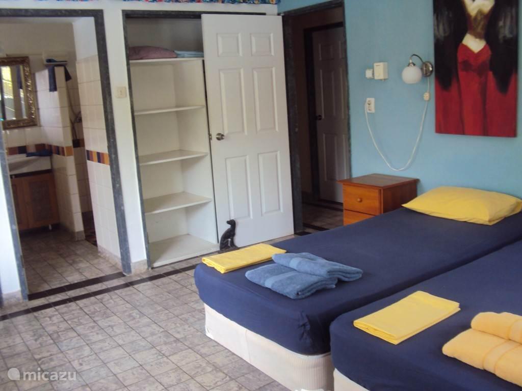 slaapkamer met badkamer en suite