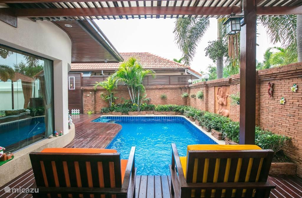 Groot privézwembad met jacuzzi en stralen. Met een leuke zithoek inclusief terras.