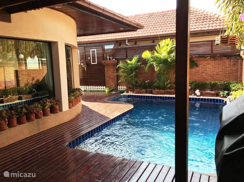 Zwembad incl. jacuzzi  Overdekt terras, Groene tuin, Mooi met hout afwerkt
