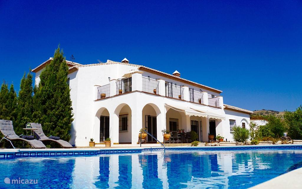 Stijlvolle cortijo met prachtig zwembad omringd door oneindige vergezichten  op een uur van Málaga.