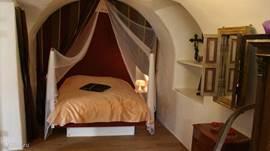 Zeer romantische slaapkamer op de begane grond voorzien van vele oorspronkelijke elementen.