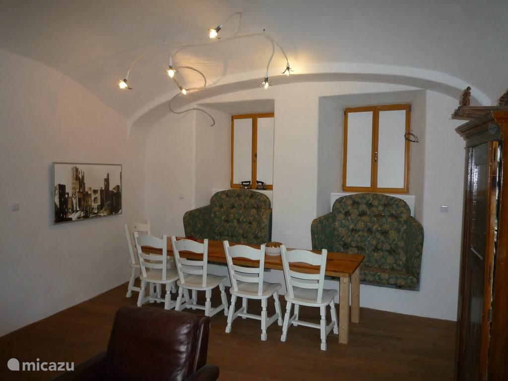 Grote tafel in de woonkamer