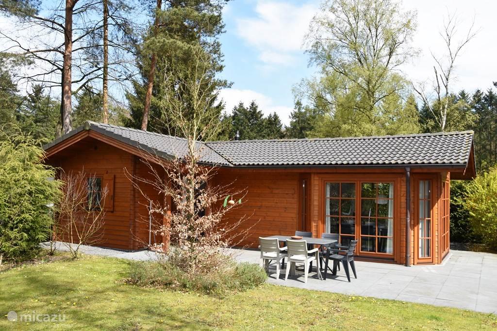 Voorkant van de Finse bungalow, met ruime tuin.