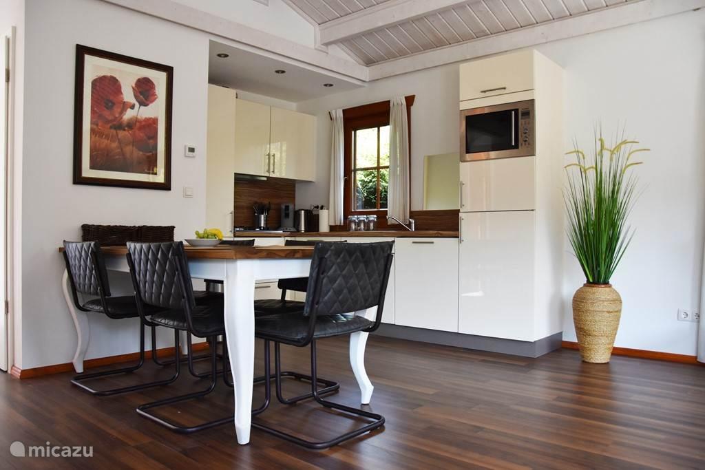 De open keuken met een eettafel voor 5 personen.