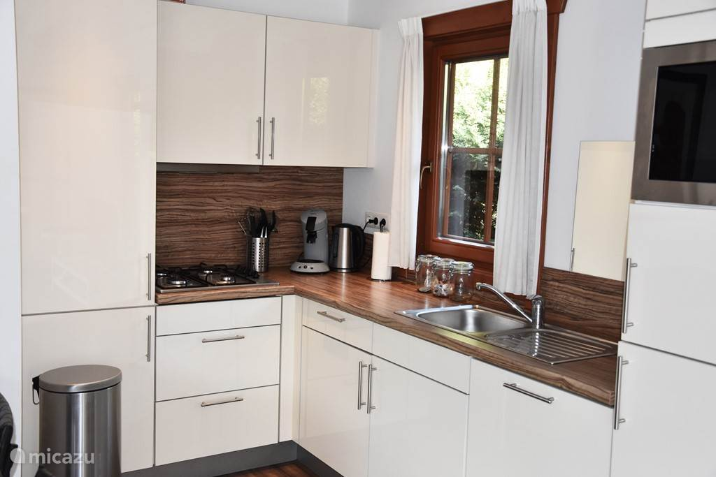 Open keuken compleet met combi-oven en vaatwasser.