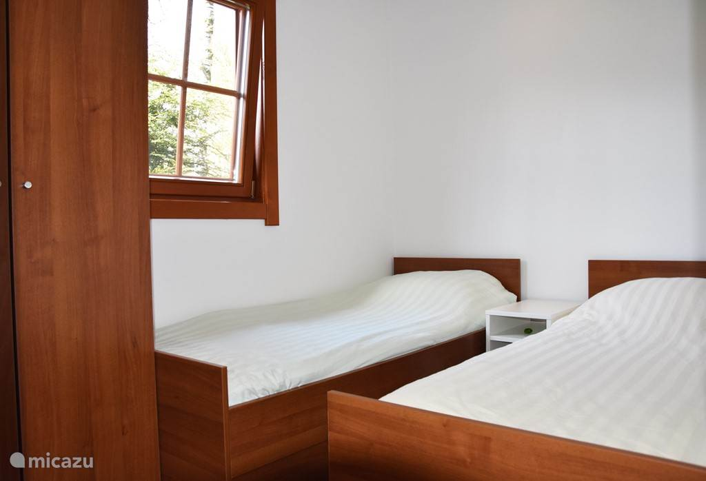 Kamer met 2 eenpersoonsbedden en kledingkast