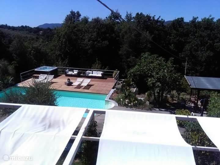 zwembad + jucuzzi  genomen vanuit de villa
