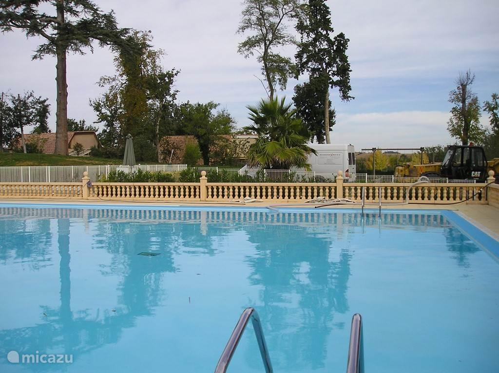 Het zwembad bij het kasteel.