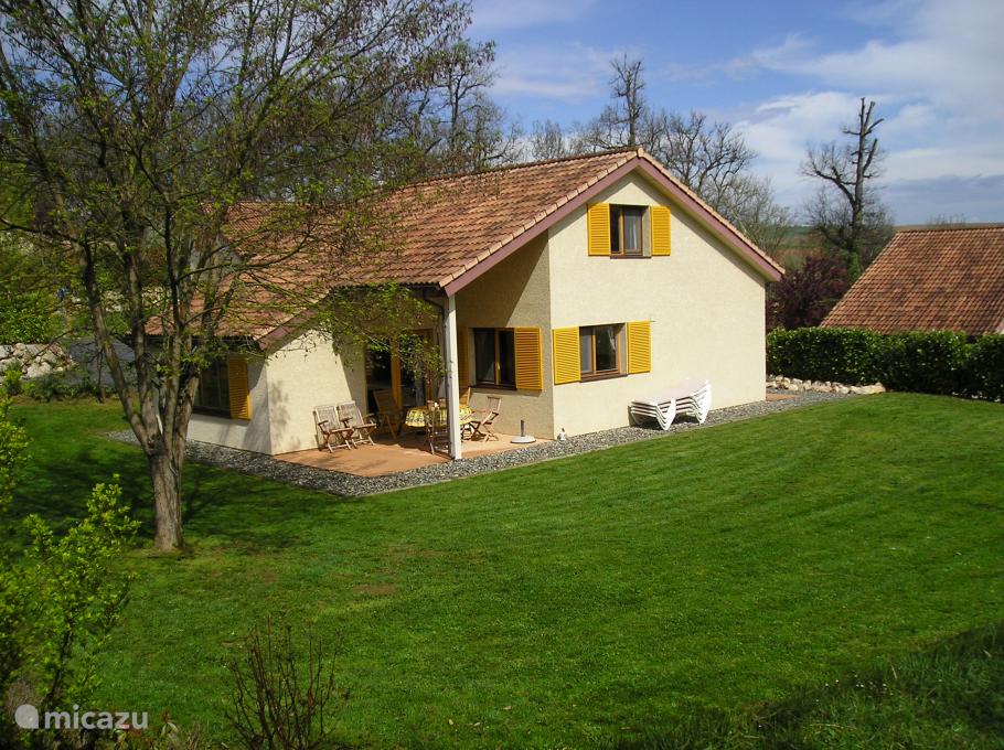 Achterzijde van het huis inclusief deel van de tuin.