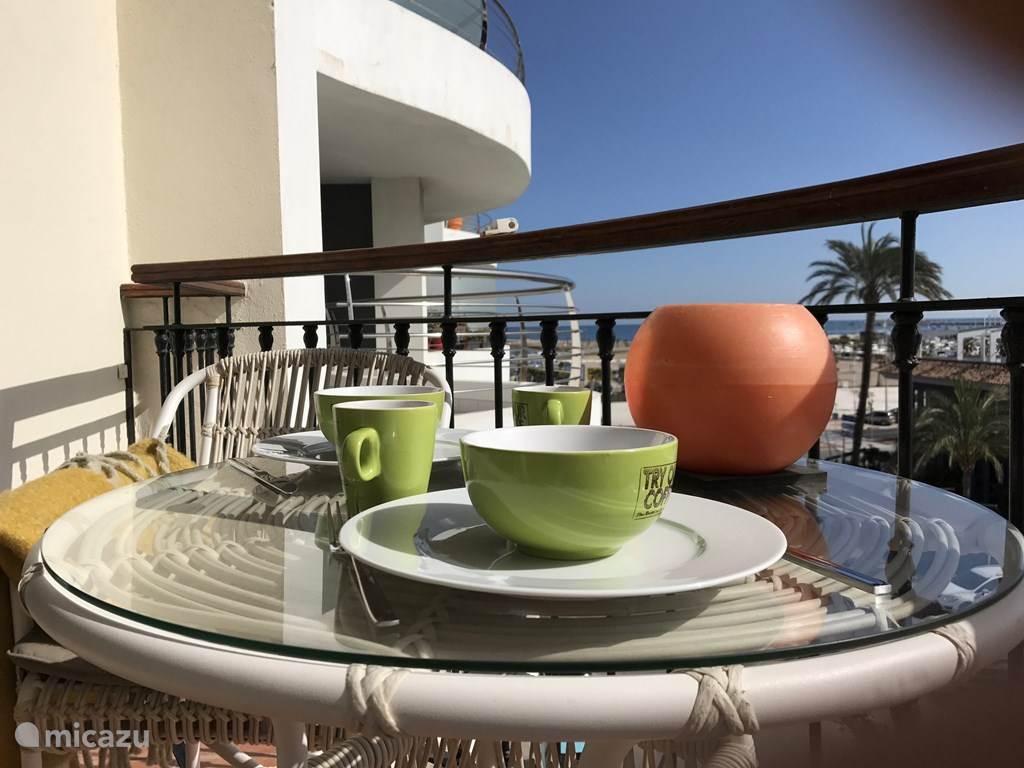 In de ochtend een heerlijke kop koffie op hey zonnige balkon
