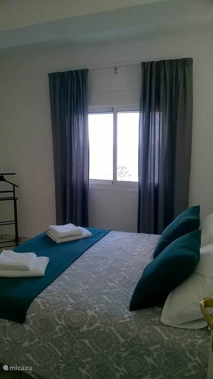 slaapkamer met 2-persoonsbed, fantastisch zeezicht bij het ontwaken, airco, bedlinnen, badlakens